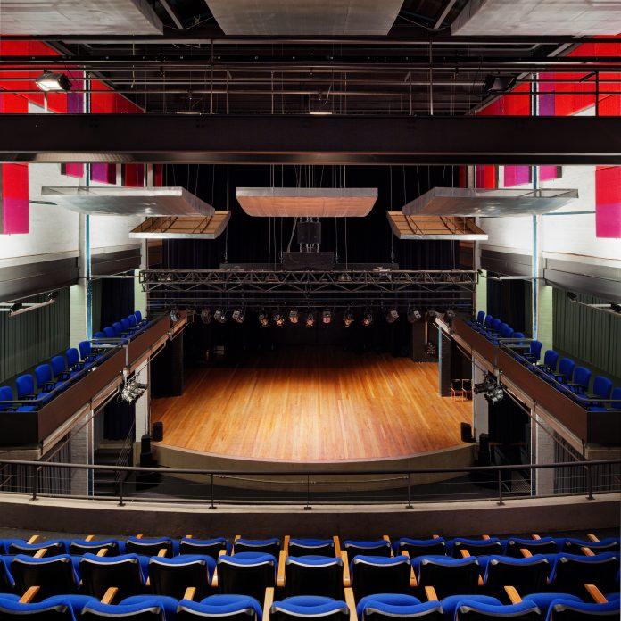 Vista interna do Teatro do Engenho (Foto: Nelson Kon / Brasil Arquitetura)