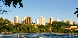 Rio Piracicaba e o centro da cidade ao fundo (Foto: Wanderley Garcia / Da Janela)