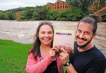 Cynthia Rocha e Denis Marcorin e o livro Piracicaba: folclorem em poeminhas (foto: divulgação)